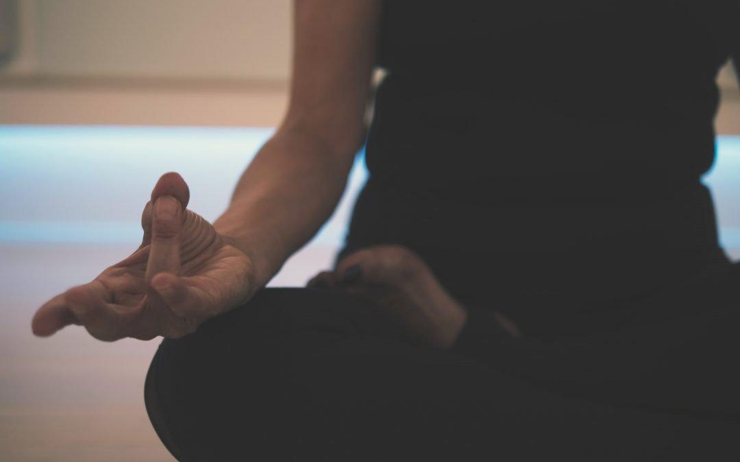 Doctor en psiquiatría explica la neurobiología del yoga y los beneficios de la meditación